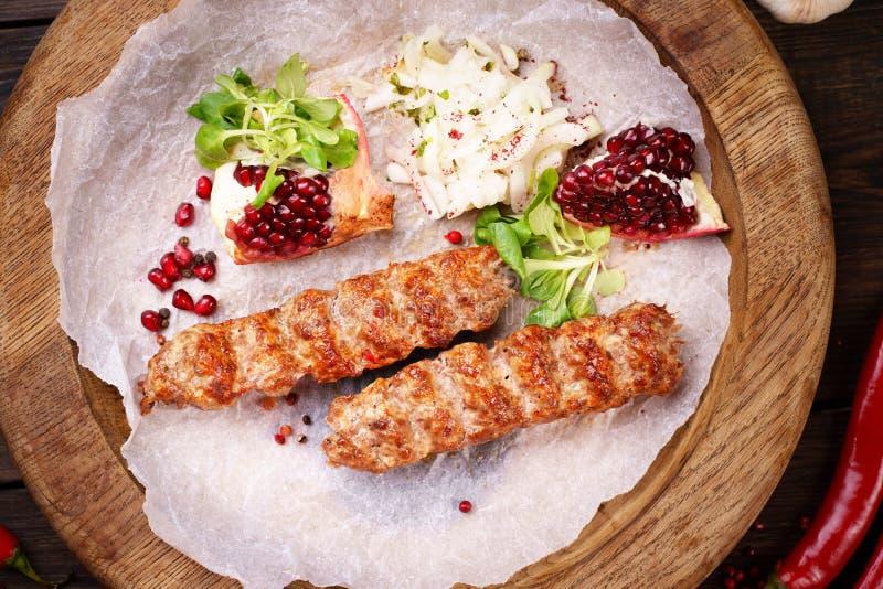 Tradycyjny Adana kebab na drewnianym talerzu obraz royalty free