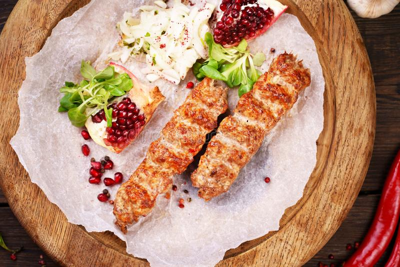 Tradycyjny Adana kebab na drewnianym talerzu zdjęcie stock