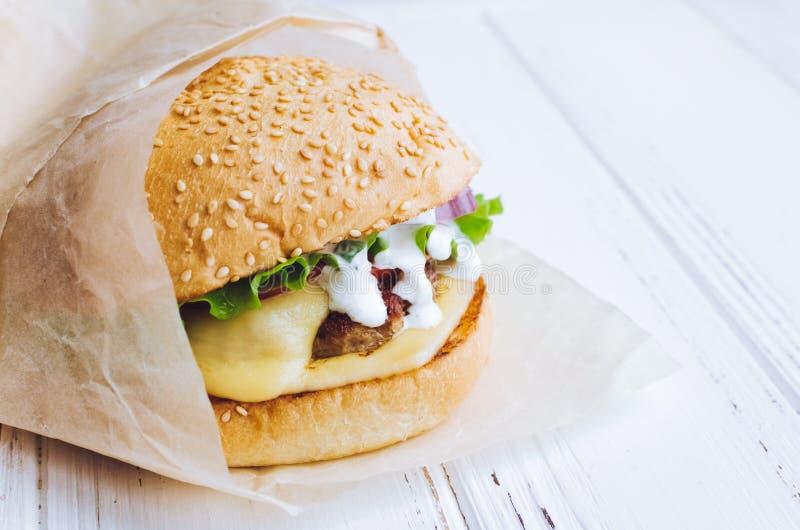 Tradycyjny Amerykański cheeseburger fotografia royalty free