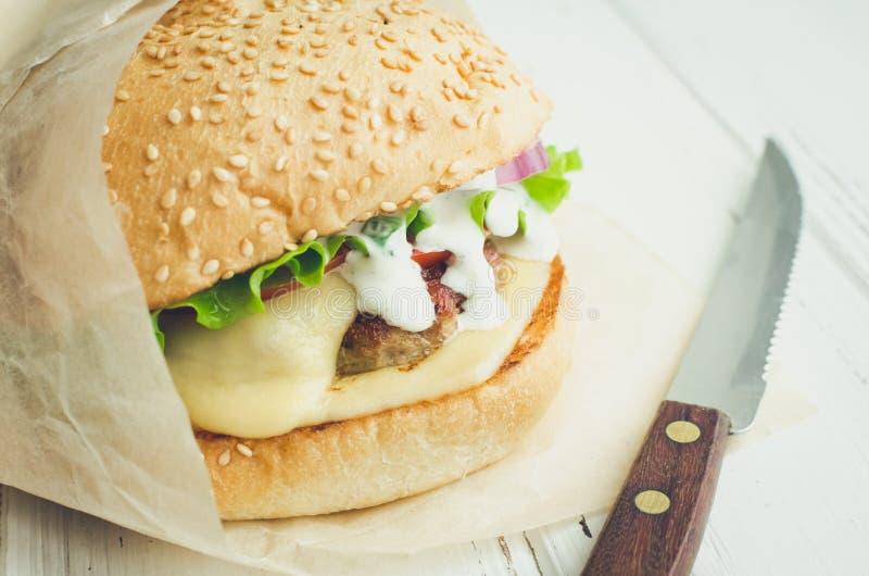 Tradycyjny Amerykański cheeseburger obraz royalty free