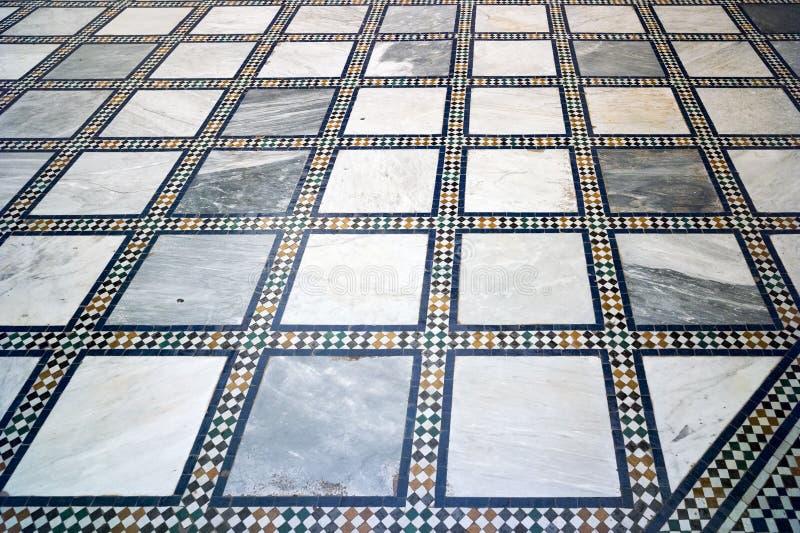Tradycyjny Arabski biel, błękit mozaika i marmur, i taflowaliśmy podłoga - stosownej dla tła fotografia stock