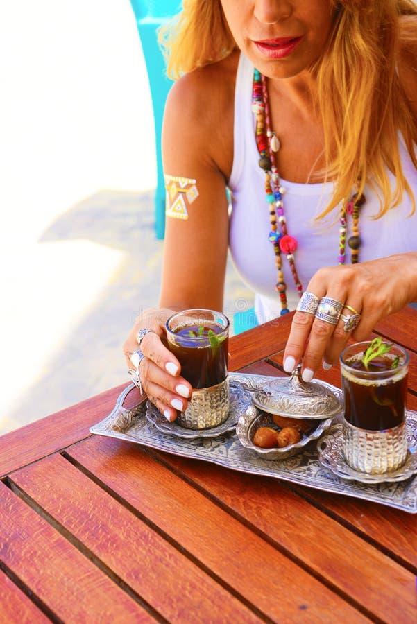 Tradycyjny Arabski Herbaciany Ustawiający z datami, blondynki Kaukaska kobieta zdjęcia stock