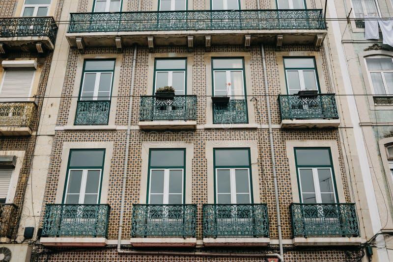 tradycyjny architektura europejczyk Piękny stary dom dekorował z tradycyjnymi antykwarskimi płytkami na ulicie w Lisbon zdjęcia royalty free