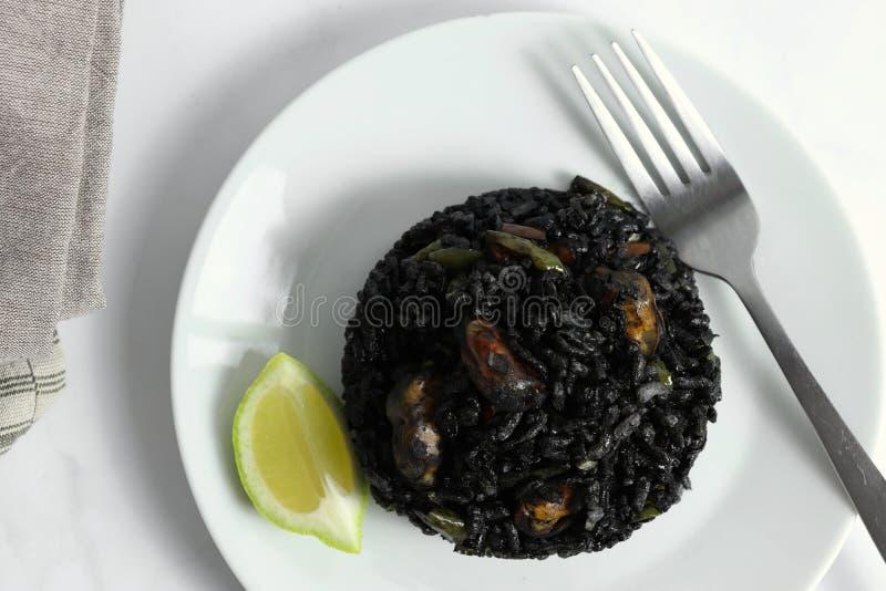 Tradycyjny arroz negro czarny ryżu naczynie, typowy dla Walencja - arrà ² s negre - zdjęcia stock