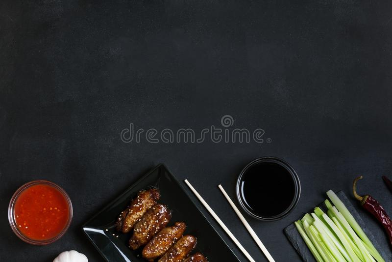 Tradycyjny Azjatycki fertanie dłoniak uskrzydla z sezamem Składniki i chopsticks na stole obraz royalty free
