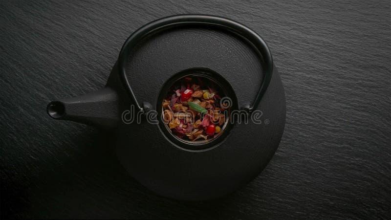 Tradycyjny Azjatycki herbacianej ceremonii przygotowania Żelazny teapot, filiżanki, suszący kwiaty obraz stock