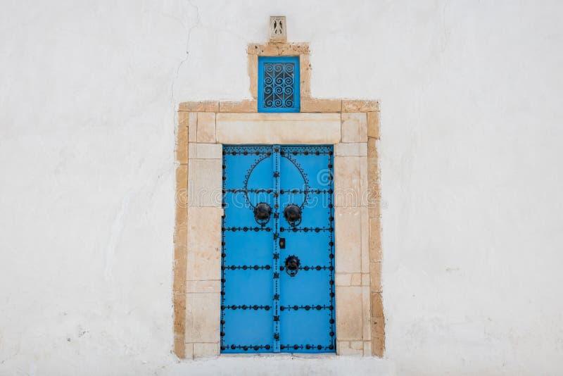 Tradycyjny błękitny drzwi w Sidi Bou Powiedział wioskę, Tunezja zdjęcia stock