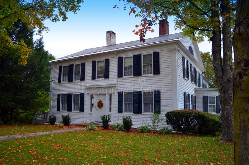 Tradycyjny bielu dom obrazy royalty free