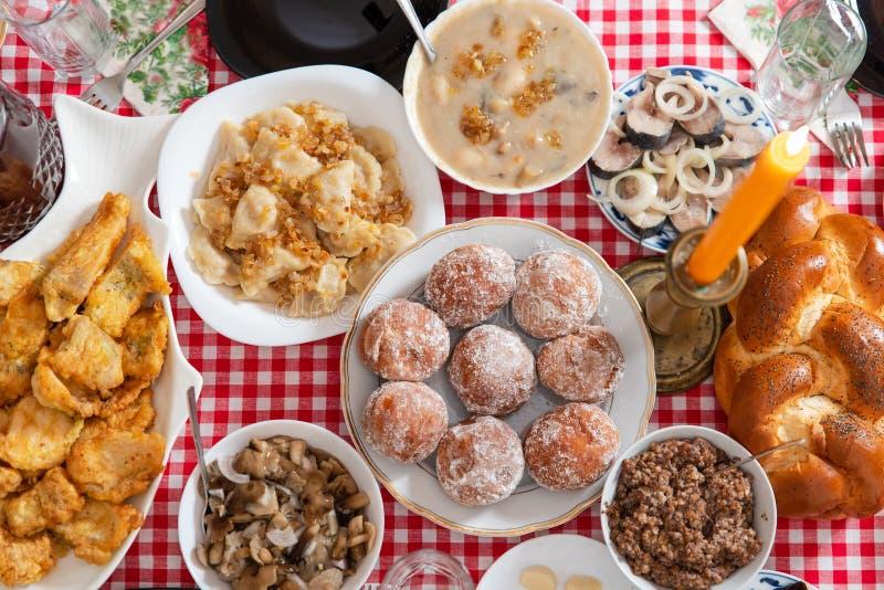 Tradycyjny boże narodzenie stół w Ukraina Dwanaście naczyń: kutya, stewed owoc, kluchy z grulami i kapusta, bejcująca fotografia stock