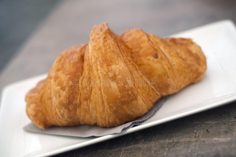 tradycyjny croissant w białym talerzu na stole zdjęcie royalty free