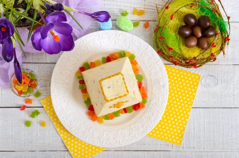 Tradycyjny curd wielkanocy tort z candied owoc i czekoladowymi jajkami, wiosna kwiatów krokus na wakacje światła tle obrazy stock