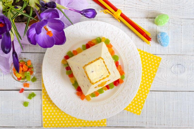 Tradycyjny curd wielkanocy tort z candied owoc i wiosna kwiatów krokusem na wakacje zaświeca tło Wielkanocny chałupa ser zdjęcie royalty free