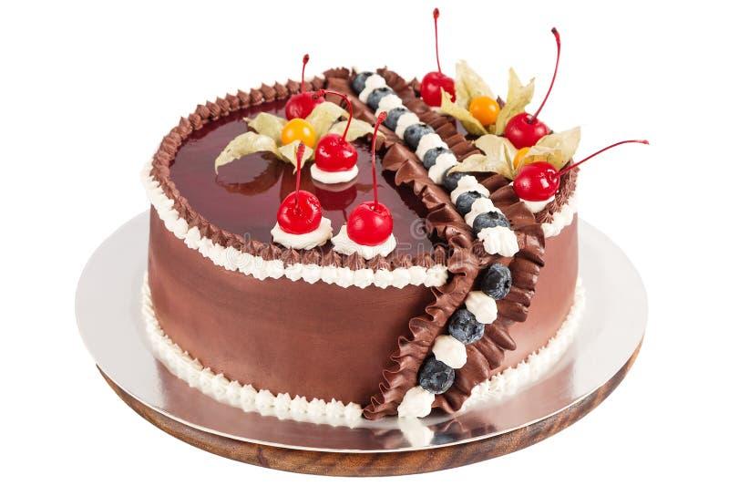Tradycyjny czekoladowy tort dekorował z śmietanką, wiśniami i bl, zdjęcie royalty free