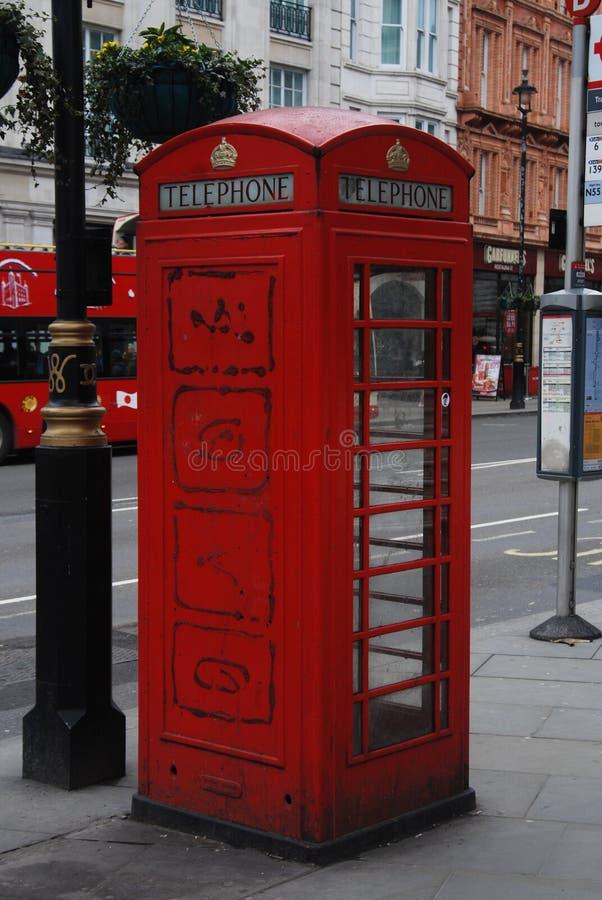 Tradycyjny czerwony telefon oba na ulicie Londyn, Anglia zjednoczone królestwo Uliczny widok, Isoalted obraz royalty free