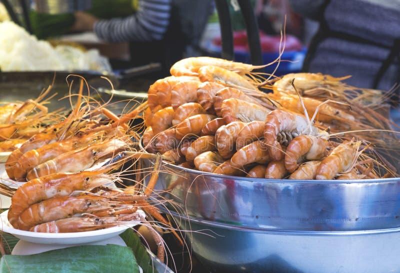 Tradycyjny denny jedzenie, piec na grillu garnele w ulicie Tajlandia obrazy stock