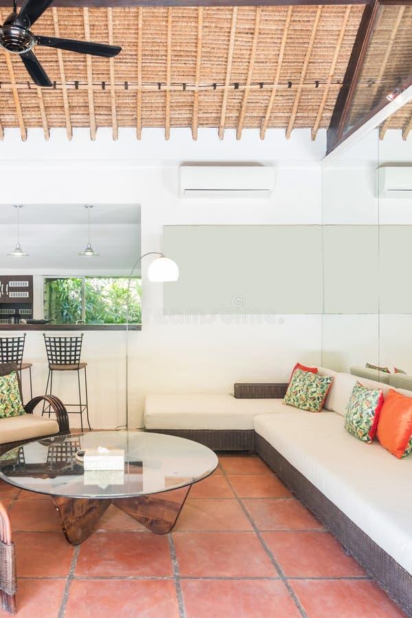 Tradycyjny design i super czysty salon mieszkalny fotografia stock