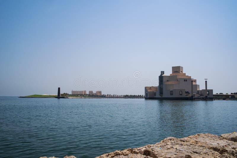 Tradycyjny dhow cumował blisko muzeum Islamska sztuka, Doha, Katar obraz royalty free