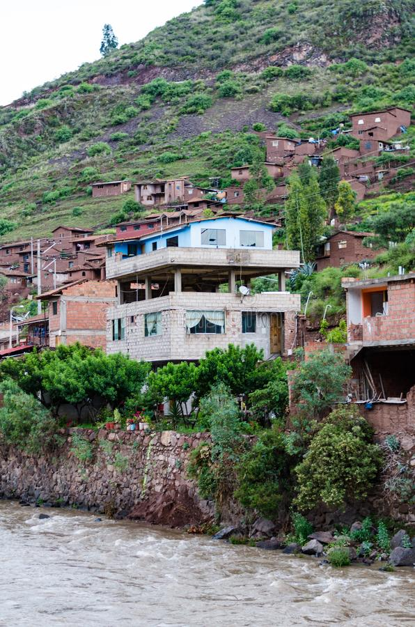Tradycyjny dom na krawędzi Urubamba rzeki w Pisac, Cusco - obraz stock