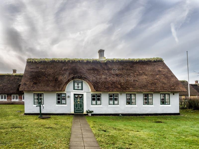 Tradycyjny dom z pokrywającym strzechą dachem w Sonderho na Fano, Dani zdjęcia royalty free