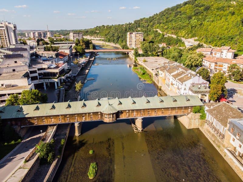 Tradycyjny drewno most i rzeka w Lovech, Bułgaria zdjęcie stock