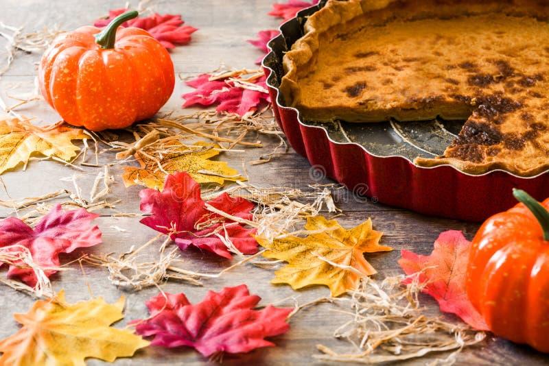 Tradycyjny dyniowy kulebiak dla dziękczynienia na drewnianym stole zdjęcia royalty free