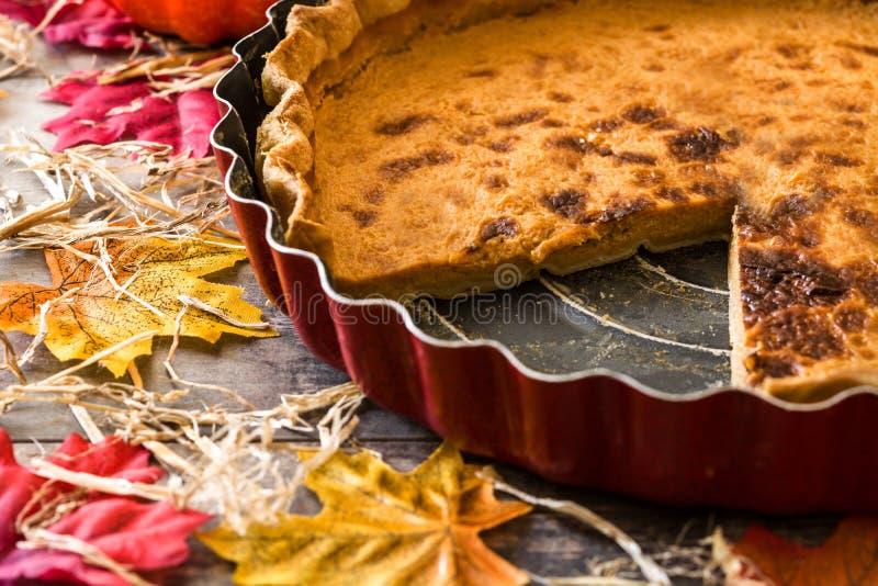Tradycyjny dyniowy kulebiak dla dziękczynienia na drewnianym stole obraz royalty free