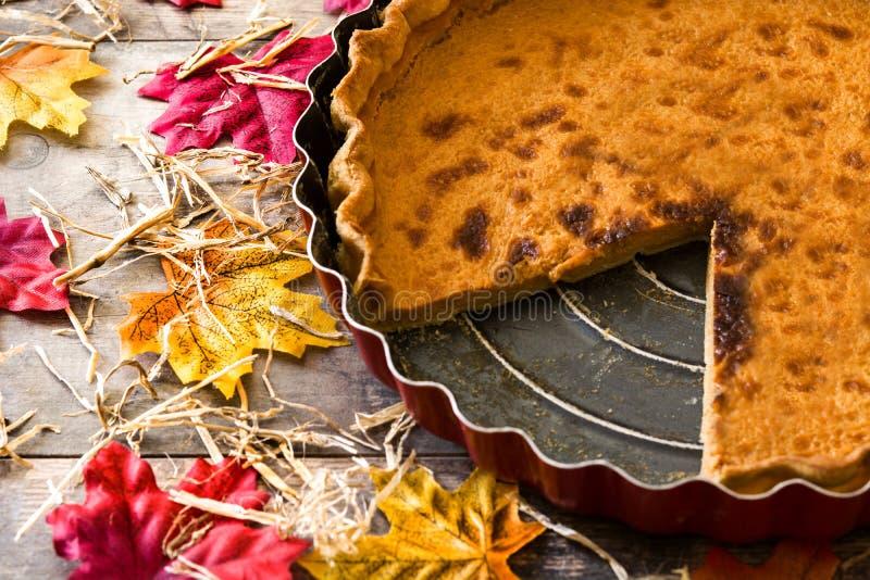 Tradycyjny dyniowy kulebiak dla dziękczynienia na drewnianym stole fotografia stock