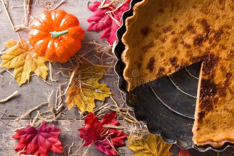 Tradycyjny dyniowy kulebiak dla dziękczynienia na drewnianym stole obrazy royalty free
