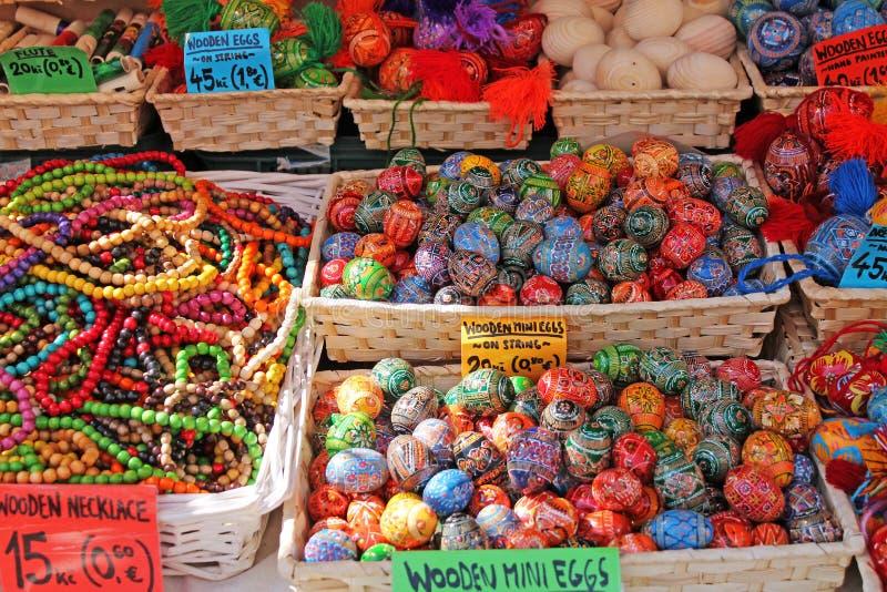 Tradycyjny europejczyka Easter rynek Handmade kolorowi Easter jajka zdjęcia royalty free