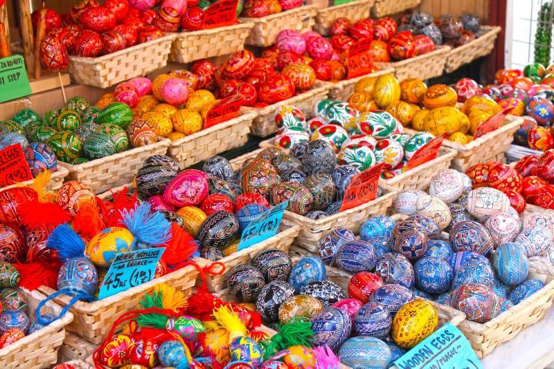 Tradycyjny europejczyka Easter rynek Handmade kolorowi Easter jajka zdjęcie stock
