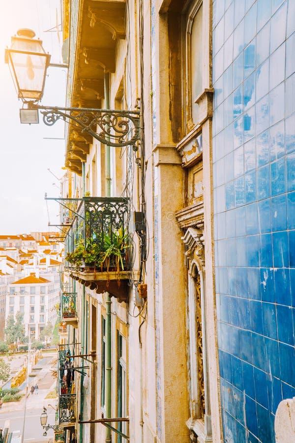 Tradycyjny fasada przód portuguese budynki z balconys i lampami Stara powabna ulica w Lisbon, Portugalia zdjęcie stock
