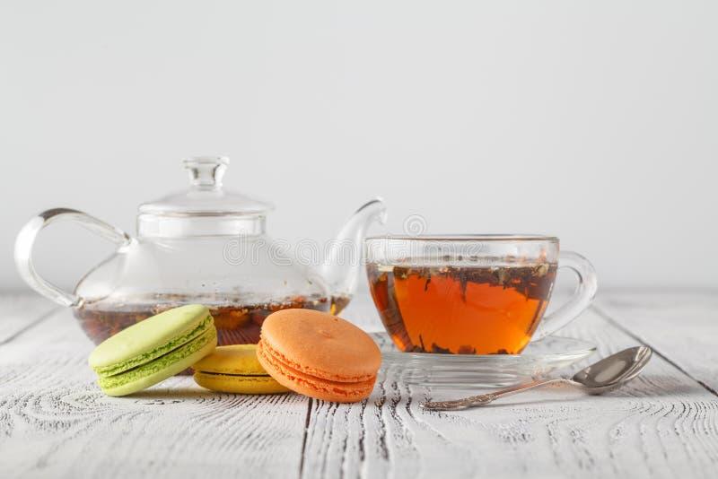 Tradycyjny francuz barwił macarons z filiżanką herbata fotografia royalty free