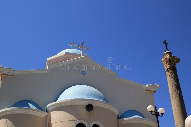 Tradycyjny Greckokatolicki kościół z antycznym filarem na Greckiej wyspie obrazy royalty free