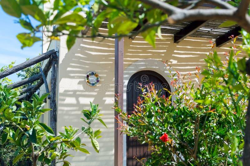 Tradycyjny grka dom z ogródem, Crete wyspa, Grecja fotografia stock