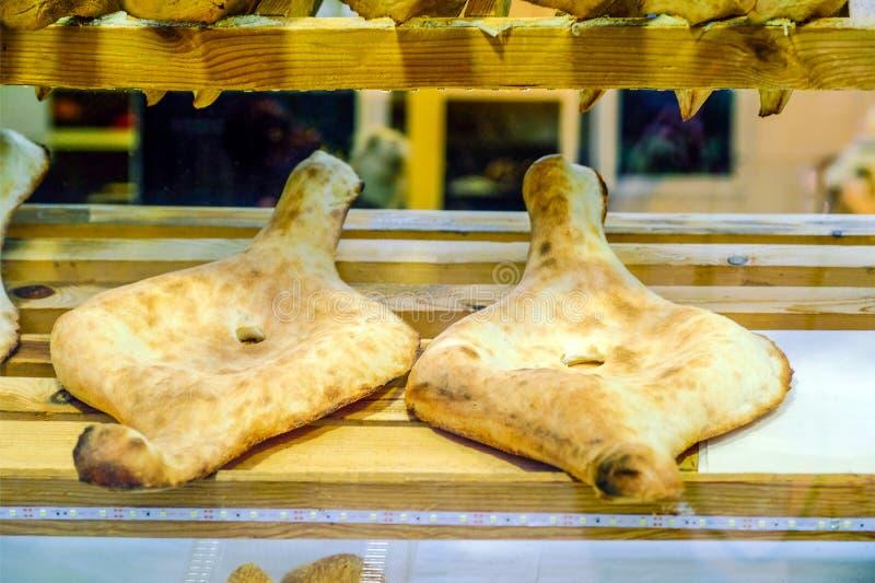 Tradycyjny Gruziński chleb - shoti Czysta biała pszeniczna mąka w round glinianym piekarniku Ten chleb jest zawsze na stole z wią zdjęcia royalty free