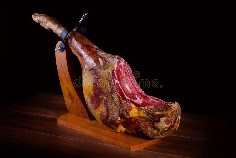 Tradycyjny hiszpański jamon serrano, włoch Parma, hamon iberico, prosciutto, noga zdjęcie royalty free