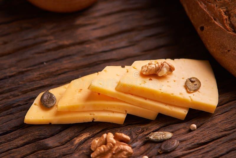 Tradycyjny holendera semi ciężki ser słuzyć zakończenie na w górę wiejskiego stołu z grabić Selekcyjna ostrość zdjęcie stock