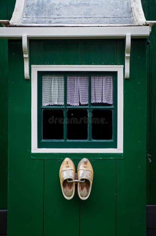 Tradycyjny holenderski okno i drewniani buty obrazy royalty free