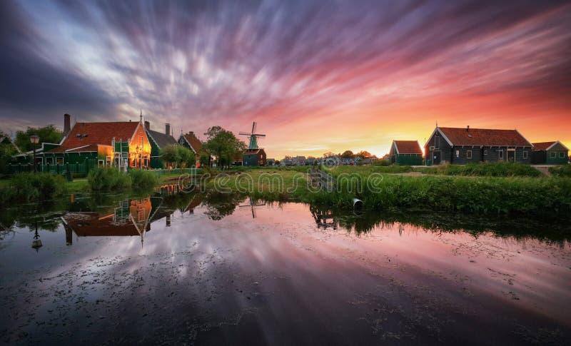 Tradycyjny holenderski wiatraczek blisko kanału Holandie, Landcape zdjęcia stock