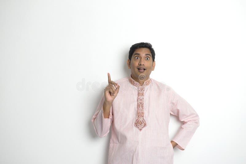 Tradycyjny Indiański młodego człowieka główkowanie zdjęcie stock