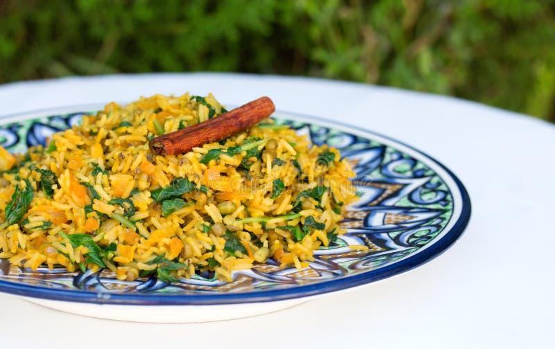 Tradycyjny Indiański naczynie dzwonił khichdi z cynamonowym kijem zdjęcie stock