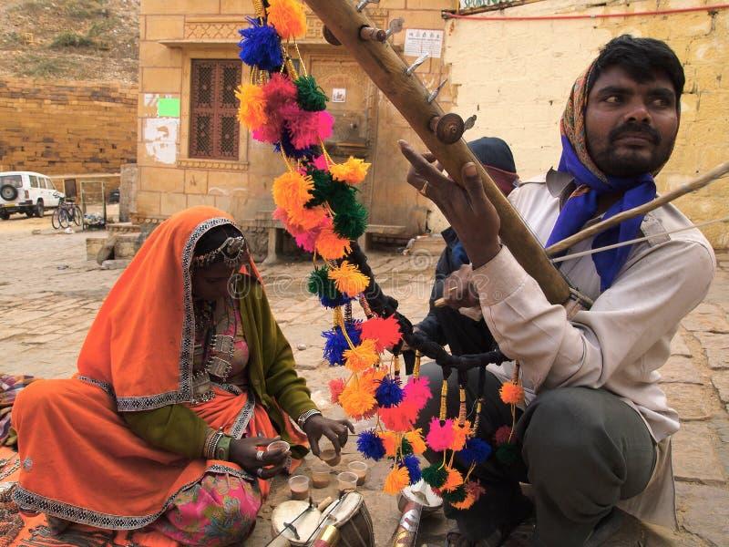 Tradycyjny instrumentu muzycznego sprzedawca bawić się nawleczonego instrument obraz royalty free