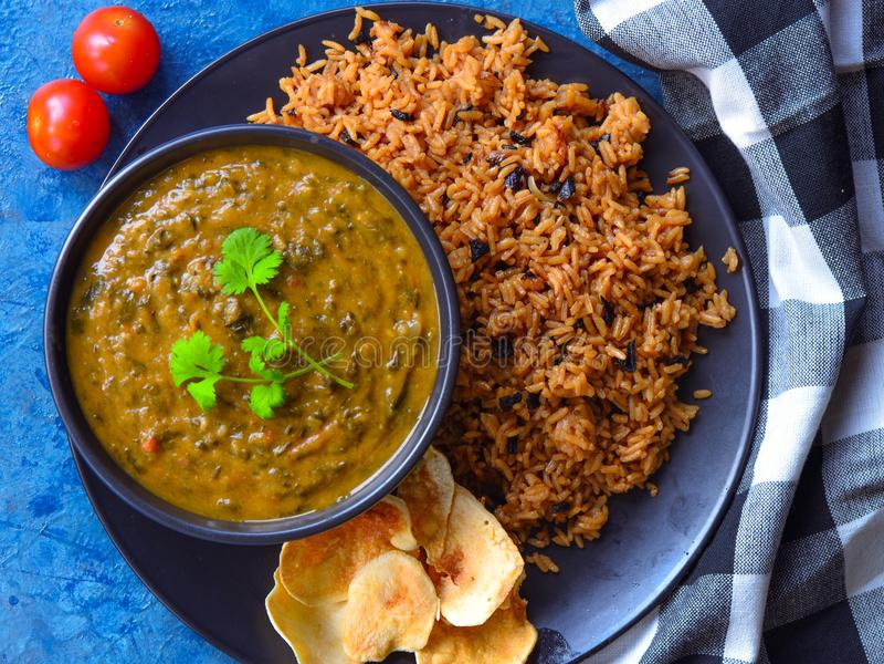 Tradycyjny języka nowoindoaryjskiego posiłek chawal i sai bhaji obrazy royalty free
