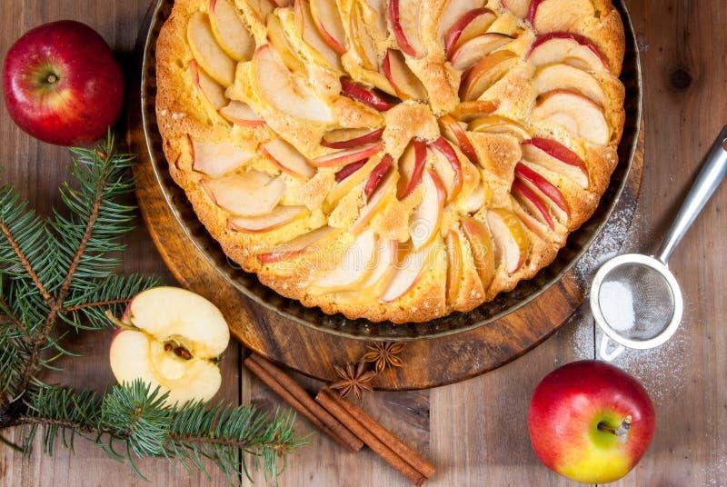 Tradycyjny jabłczany kulebiak i choinek gałąź fotografia royalty free