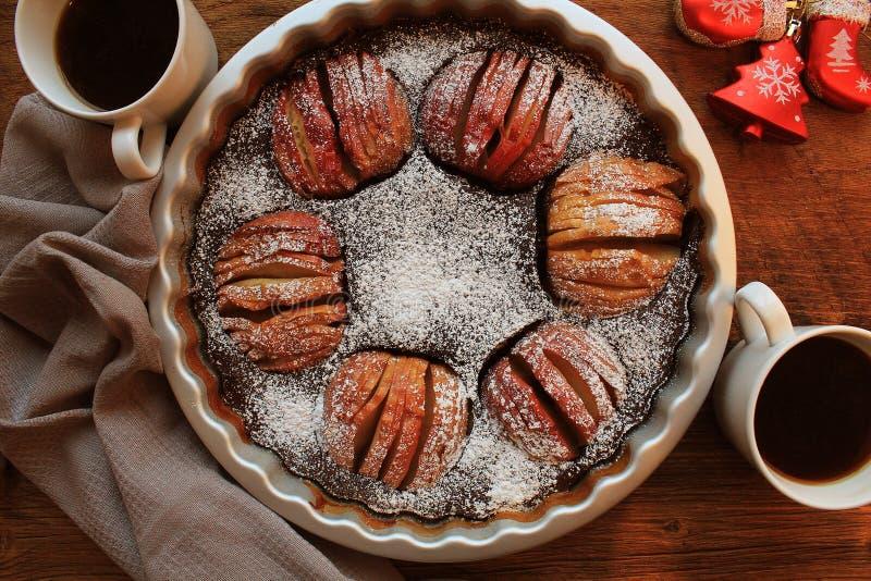 Tradycyjny jabłczany kulebiak, owocowy deser, tarta na drewnianym wieśniaka stole Odgórny widok, bożego narodzenia tło fotografia royalty free