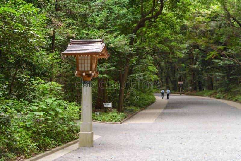 Tradycyjny Japoński drewniany lampion na drodze przemian w Meiji-Jingu świątyni, Japonia zdjęcie royalty free