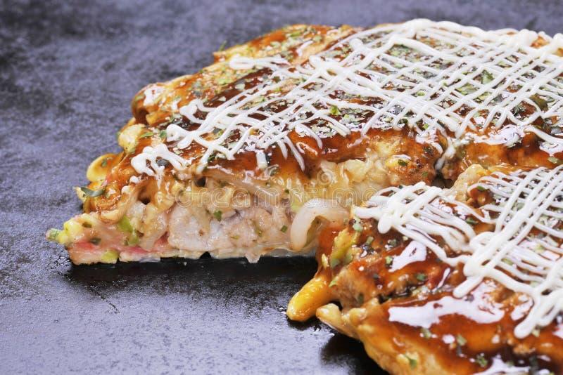 Tradycyjny Japoński okonomiyaki blin na gorącej czarnej niecce zdjęcie royalty free