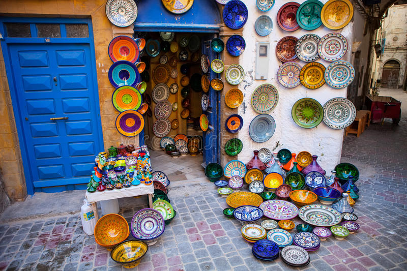 Tradycyjny jaskrawy barwiący ceramics wystawiał przód sklep, Maroko zdjęcie stock