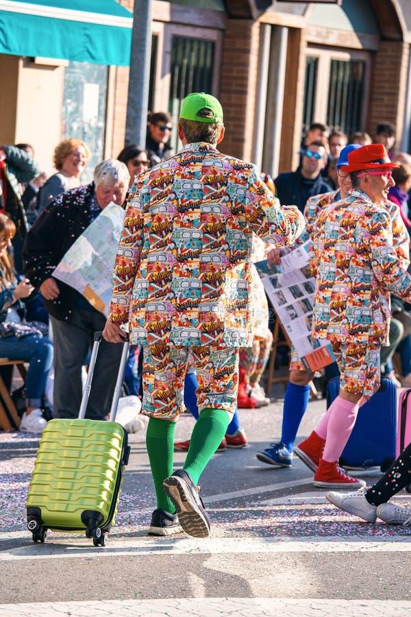 Tradycyjny karnawał w Hiszpańskim grodzkim Palamos w Catalonia Wiele ludzie w kostiumowym i ciekawym makijażu 03 01 2019 Hiszpani zdjęcia stock