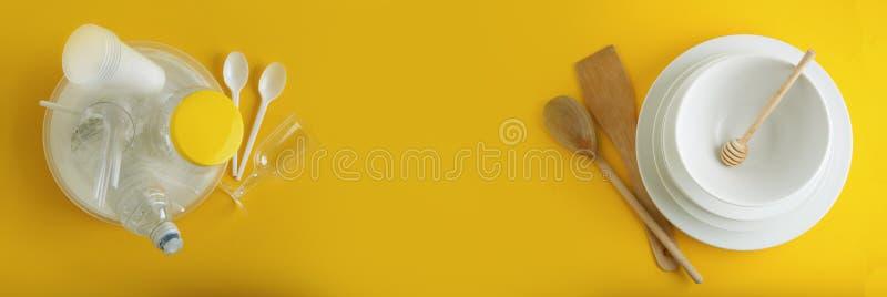 Tradycyjny Klasyczny śniadanie Smażąca kiełbasa na białego kwadrata porcelany talerzu i jajka Isoalted na Błękitnym tle sztandar zdjęcia stock